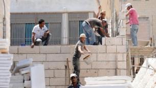 صورة توضيحية، عمال بناء فلسطينيون في حي رامات شلومو شرقي القدس (فلاش ٩٠)