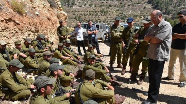 وزير الدفاع موشي يعالون مع جنود من الجيش الاسرائيلي في الخليل ( Ariel Hermoni/ Ministry of Defense)