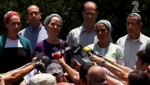 راحيل فرانكل والدة الشاب المخطوف نفتالي تتحدث الى الصحافة 16 يونيو، 2014. يحيط بها والدتي اثنين من المراهقين المخطوفين مع ابنها (القناة الثانية)