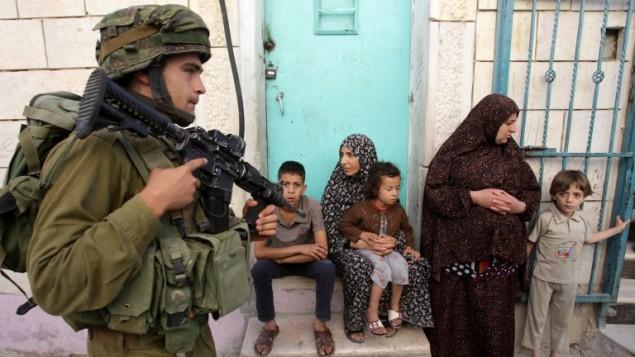 جنود اسرائيليون يبحثون عن الطلاب المختطفين بيتا بيتا قضاء الخليل 14 يونيو 2014 ( AFP/ HAZEM BADER)