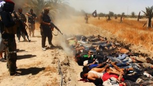 14 يونيو 2014 متشددين من دولة العراق الإسلامية وبلاد الشام (داعش) يبدو وانهم يعدمون معارضيهم  AFP/HO/Welayat Salahuddin