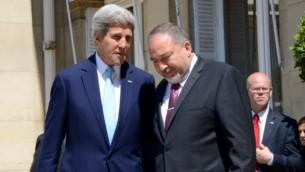 وزير الخارجية افيجدور ليبرمان مع وزير الخارجية الامريكية جون كيري في باريس الخميس 26 يونيو 2014 ( Erez Lichtenfeld)
