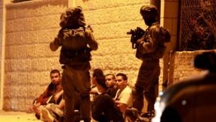 قوات الأمن الإسرائيلية تعتقل رجال فلسطينيون في وقت مبكر يوم 22 يونيو 2014 في قرية بيت ساحور بالضفة الغربية   ( AFP/MUSA AL SHAER)
