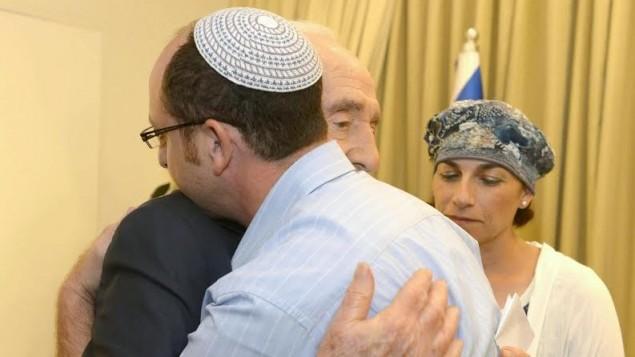 الرئيس شمعون بيريس مع عائلات المختطفين في مقر رئيس الدولة June 19,   Mark Neyman/GPO/Flash90