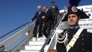 رئيس الدولة شمعون بيريز عند وصوله الفاتيكان يونيو 8 2014 (Mitch Ginsburg / Times of Israel)