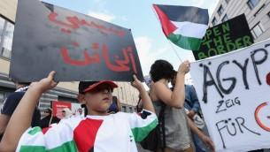 مظاهرات ضد العمليات العسكرية الاسرائيلية في قطاع غزة وضد مصر لحظر قافلة من الفرق الطبية الماليزية والأوروبية من دخول المنطقة من خلال معبر رفح الحدودي لتقديم المساعدة الطبية للفلسطينيين، أمام السفارة المصرية في برلين  23 يوليو، 2014. AFP PHOTO / ADAM BERRY