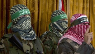 أبو عبيدة ، والناطق الرسمي باسم حركة المقاومة الفلسطينية كتائب عز الدين  القسام، الجناح العسكري لحركة حماس، في مؤتمر صحفي عقده يوم 3 يوليو 2014، في مدينة غزة AFP/Mohammed Abed