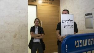عناصر امن اسرائيلية تمنع الدخول  إلى المحكمة في بتاح تكفا حيث مثل امام العدل المشتبه بهم في جريمة القتل الوحشية لفتى فلسطيني الذي أحرق حتى الموت.  6 يوليو 2014 AFP PHOTO / JACK GUEZ