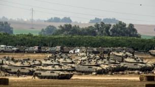 الدبابات الاسرائيلية تتمركز امام الحدود مع غزة ٧ يليو ٢٠١٤ (جاك يوز/ أ ف ب)