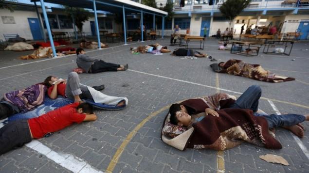 فلسطينيون ينامون في ساحة مدرسة للامم المتحدة في بيت لاهيا ١٥ يونيو (أ ف ب)