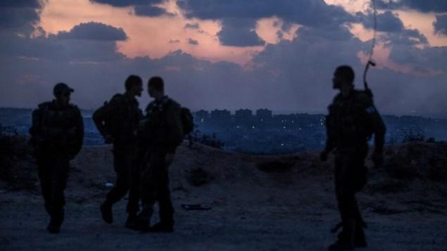 جنود اسرائيليون على الحدود مع غزة قبل الاجتياح البري ١٨ يوليو ٢٠١٤ (أ ف ب )