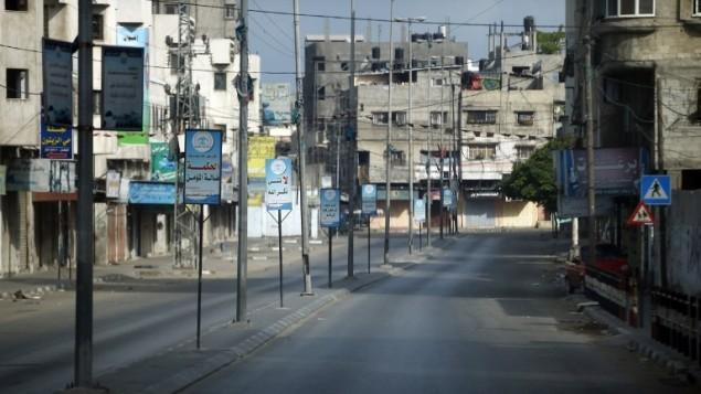 أحد شوارع المهجورة في مدينة غزة،  18 يوليو 2014 بعد أن بدأ التوغل البري للجيش الإسرائيلي. AFP PHOTO / THOMAS COEX