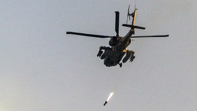 طائرة هليكوبتر اسرائيلية أباتشي تطلق  صاروخ على قطاع غزة 20 يوليو 2014. (أ ف ب)