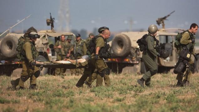 عملية إخلاء جندي اسرائيلي اصيب بجروح من قرب الحدود الاسرائيلية مع قطاع غزة  21 يوليو 2014, أ ف ب