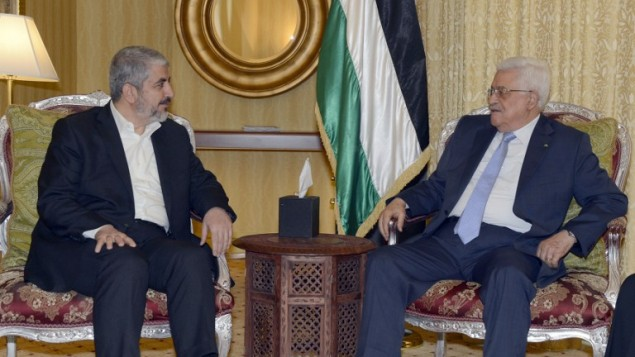 صورة صادرة عن مكتب الرئيس الفلسطيني،الرئيس الفلسطيني محمود عباس (R) لقاء مع رئيس المكتب السياسي لحماس، خالد مشعل، في الدوحة، في 20 يوليو 2014. AFP PHOTO/ PPO / THAER GHANEM