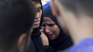 فلسطينيون يرثون وفاة الأقارب  خارج المشرحة في مستشفى الشفاء في مدينة غزة،  21 يوليو 2014 AFP/MAHMUD HAMS