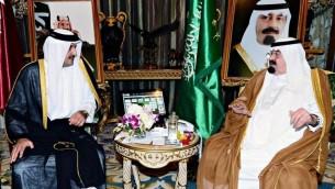 صورة صادرة عن وكالة الأنباء السعودية (واس)  22 يوليو 2014 اجتماع العاهل السعودي الملك عبد الله بن عبد العزيز آل سعود مع أمير قطر، الشيخ تميم بن حمد آل ثاني في الرياض.( AFP PHOTO / HO / SPA)