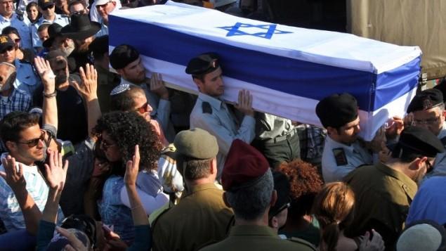 جنود اسرائيليون يحملون نعش ناتان كوهين، جندي في الجيش الاسرائيلي  قتل في اليوم السابق في تبادل لاطلاق النار مع مسلحين فلسطينيين داخل قطاع غزة،  23 يوليو 2014، في وسط مدينة موديعين، على بعد 30 كيلومترا من تل أبيب. AFP PHOTO/GIL COHEN-MAGEN