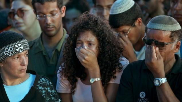 أقارب وأصدقاء ناتان كوهين خلال جنازته ،جندي في الجيش الاسرائيلي البالغ من العمر 23 عاما من لواء مدرع الذي قتل في اليوم السابق في تبادل لاطلاق النار مع مسلحين فلسطينيين داخل قطاع غزة، 23 يوليو 2014 AFP PHOTO/GIL COHEN-MAGEN