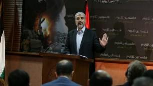 خالد مشعل رئيس حركة حماس  يعقد مؤتمرا صحفيا في العاصمة القطرية الدوحة  23 يوليو 2014. AFP PHOTO / AL-WATAN DOHA / KARIM JAAFAR