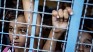 فتيات فلسطينيات داخل مدرسة للامم المتحدة في جباليا، شمال قطاع غزة،  25 يوليو 2014، حيث وجدوا مأوى بعد الفرار من بيوتهم AFP PHOTO / MARCO LONGARI