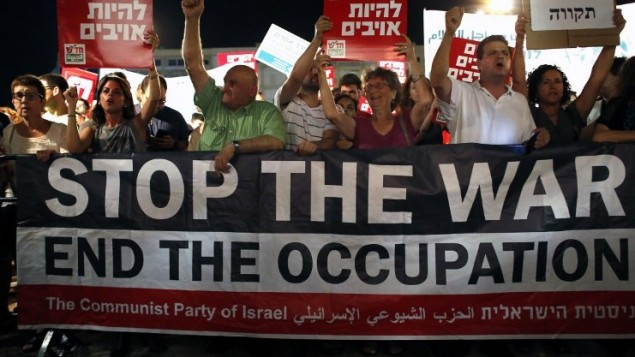 نشطاء سياسيون يساريون يتظاهرون ضد الحرب في غزة  في ساحة رابين, تل ابيب 26 يوليو 2014  Thomas Coex/AFP