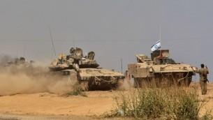 دبابات ميركافا الإسرائيلية  في عملية نشر الجيش على طول الحدود الإسرائيلية مع قطاع غزة 27 يوليو 2014AFP PHOTO/GIL COHEN-MAGEN