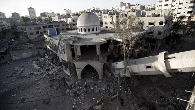 صورة لمئذنة انهارت فوق مسجد دمر في مدينة غزة،  30 يوليو 2014 بعدما اصيب في غارة اسرائيلية ليلا  AFP/MAHMUD HAMS