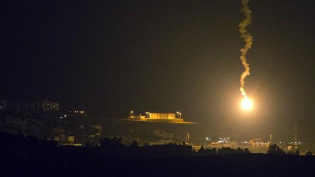صورة مأخوذة من الحدود الإسرائيلية الجنوبية مع قطاع غزة يظهر مشاعل الإسرائيلية تلقي  الضوء على القطاع الساحلي الفلسطيني، 7 يوليو 2014 (جاك يوز/ أ ف ب)