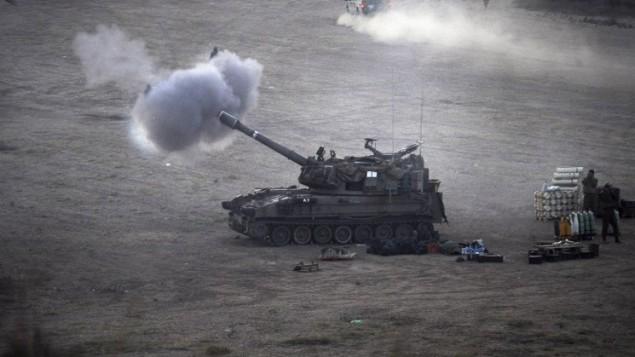 دبابة إسرائيلية تطلق قذيفة 155mm ونحو أهداف في قطاع غزة  قرب حدود اسرائيل مع القطاع الفلسطيني  23 يوليو 2014 (AFP PHOTO / DAVID BUIMOVITCH)