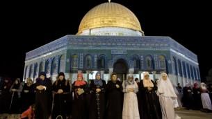 نساء فلسطينيات يشرعن باقامة صلاة التراويح أمام قبة الصخرة في حرم المسجد الأقصى في البلدة القديمة في القدس دعما للفلسطينيين في غزة 23 يوليو 2014،AFP PHOTO / AHMAD GHARABLI