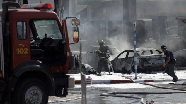 رجال الاطفاء يحاولون اخماد حريق نتج عن ضربة صاروخ من غزة في اشدود ١٠ يوليو ٢٠١٤ AFP PHOTO/DAVID BUIMOVITCH