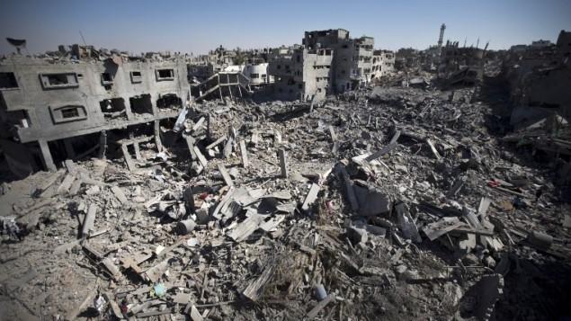 26 يوليو 2014  أنقاض المباني والمنازل في منطقة الشجاعية في  مدينة غزة واتي دمرت كليا AFP PHOTO / MAHMUD HAMS