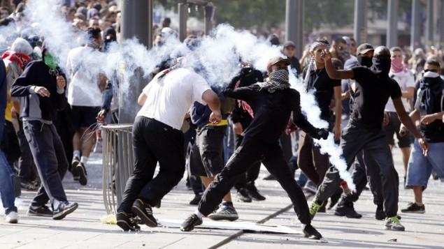 اشتباكات بين متظاهرين وضباط شرطة مكافحة الشغب، في ساحة ريبابليك في باريس، خلال مظاهرة محظورة ضد العملية العسكرية الإسرائيلية في غزة ودعما للشعب الفلسطيني، 26 تموز 2014. AFP PHOTO / KENZO TRIBOUILLARD