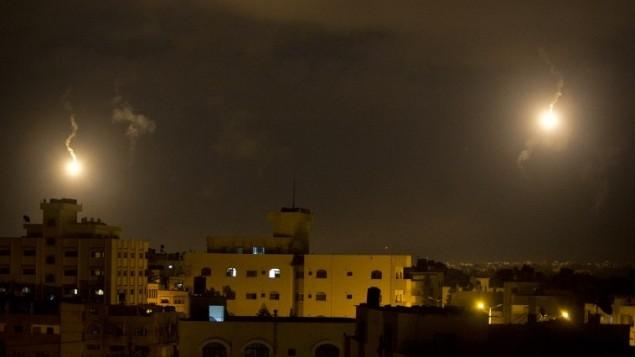 الجيش الإسرائيلي يرسل شعلات مضيئة تنير سماء قطاع غزة يوم 18 يوليو 2014. AFP PHOTO / MAHMUD HAMS