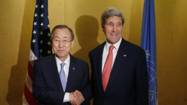 وزير الخارجية الامريكية جون كيري (R) يجتمع مع الأمين العام للأمم المتحدة بان كي مون في القاهرة 21 يوليو 2014.  لدعم الجهود الإقليمية التي تسعى إلى التوصل إلى وقف إطلاق النار في غزة AFP PHOTO/POOL/Charles Dharapak