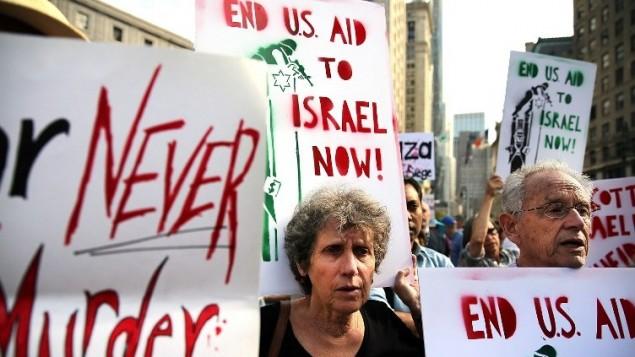نيويورك، 24 يوليو: متظاهرون في مانهاتن السفلى احتجاجا على الحملة العسكرية الاسرائيلية الاخيرة في غزةSpencer Platt/Getty Images/AFP