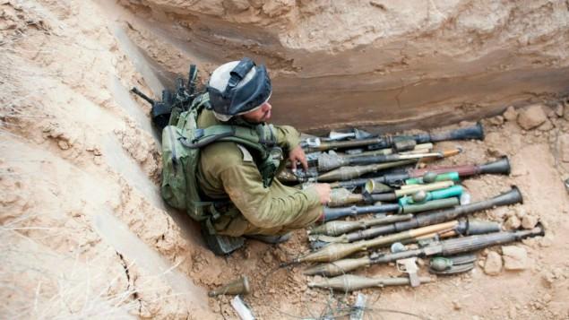 اسلحة وجدت داخل انفاق في كيبوتس شوفا (مقدمة من الجيش الاسرائيلي/ فلاش 90)