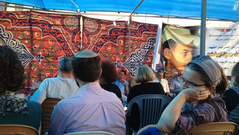 اسرائيليون يقدمون التعازي في خيمة الاجر لعائلة ابو خضير في شعفاط ٨ يوليو ٢٠١٤ (الحانان ميلر/ طاقم تايمز اوف اسرائيل)