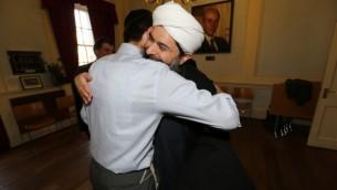 الحاخام ناتان ليفي يعانق القائد المسلم الشيخ ابراهيم مغرا في معرض المحرقة النازية 2013 (مقدمة من ناتان ليفي)