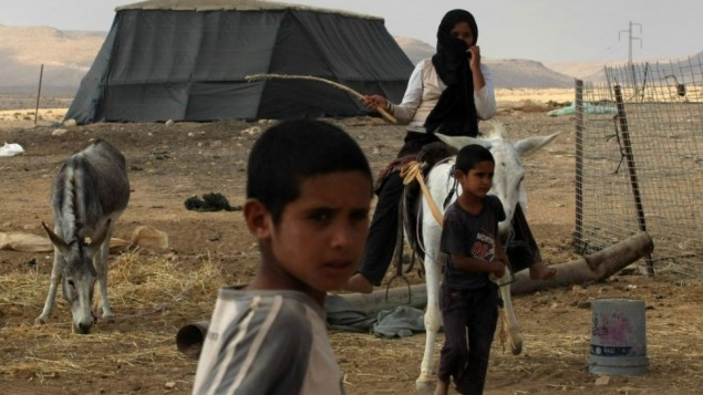 طفلان وامرآة من البدو في منطقة متسبه رامون (فلاش ٩٠)