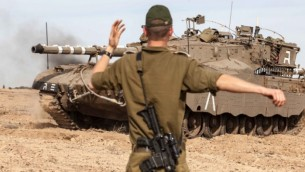 جندي اسرائيلي يوجه دبابة استعدادا لاجتياح غزة ٢٠١٢ (فلاش ٩٠)