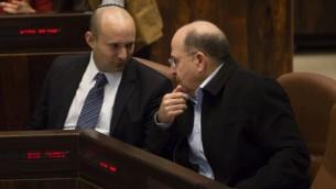 وزير الاقتصاد نفتالي بينيت ووزير الدفاع موشي يعالون في الكنيست ، مارس ٢٠١٣ (فلاش ٩٠)