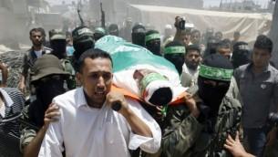 مقاتلو كتائب عز الدين القسام يرافقون جثمان محمد عبيد الى مثواه الاخير ٣٠ يونيو ٢٠١٤ (فلاش ٩٠/ عبد الرحيم خطيب)