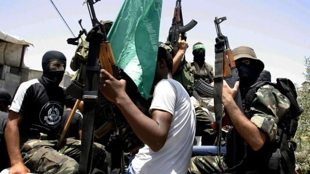 مقاتلون من كتائب عز الدين القسام في دير البلح (فلاش ٩٠)