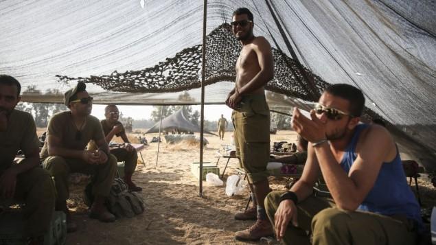 جنود الجيش الاسرائيلي في خيمة قرب الحدود مع غزة ٦ يوليو ٢٠١٤ (فلاش ٩٠)