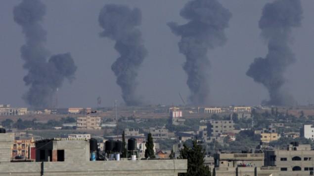 الدخان يتصاعد من غزة بعد غارة اسرائيلية يوليو ٧، ٢٠١٤ (فلاش ٩٠)