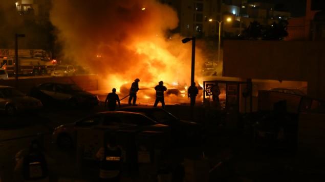 رجال الاطفاء يحاولون اخماد حريق نتج عن ضربة صاروخ من غزة في اشدود ١٠ يوليو ٢٠١٤ (فلاش ٩٠)