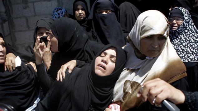 نساء من عائلة معمر اثناء جنازة قريبهم الناشط في حركة حماس بعد مصرعه نتيجة غارة جوية اسرائيلية ١٤ يوليو ٢٠١٤ (فلاش ٩٠)