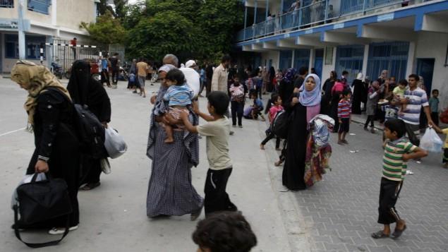 عائلات فلسطينية تلجأ الى مدرسة الاونروا في رفح بعد الهروب من منازلها 18 يوليو 2014 (عبد الرحيم خطيب/ فلاش 90)